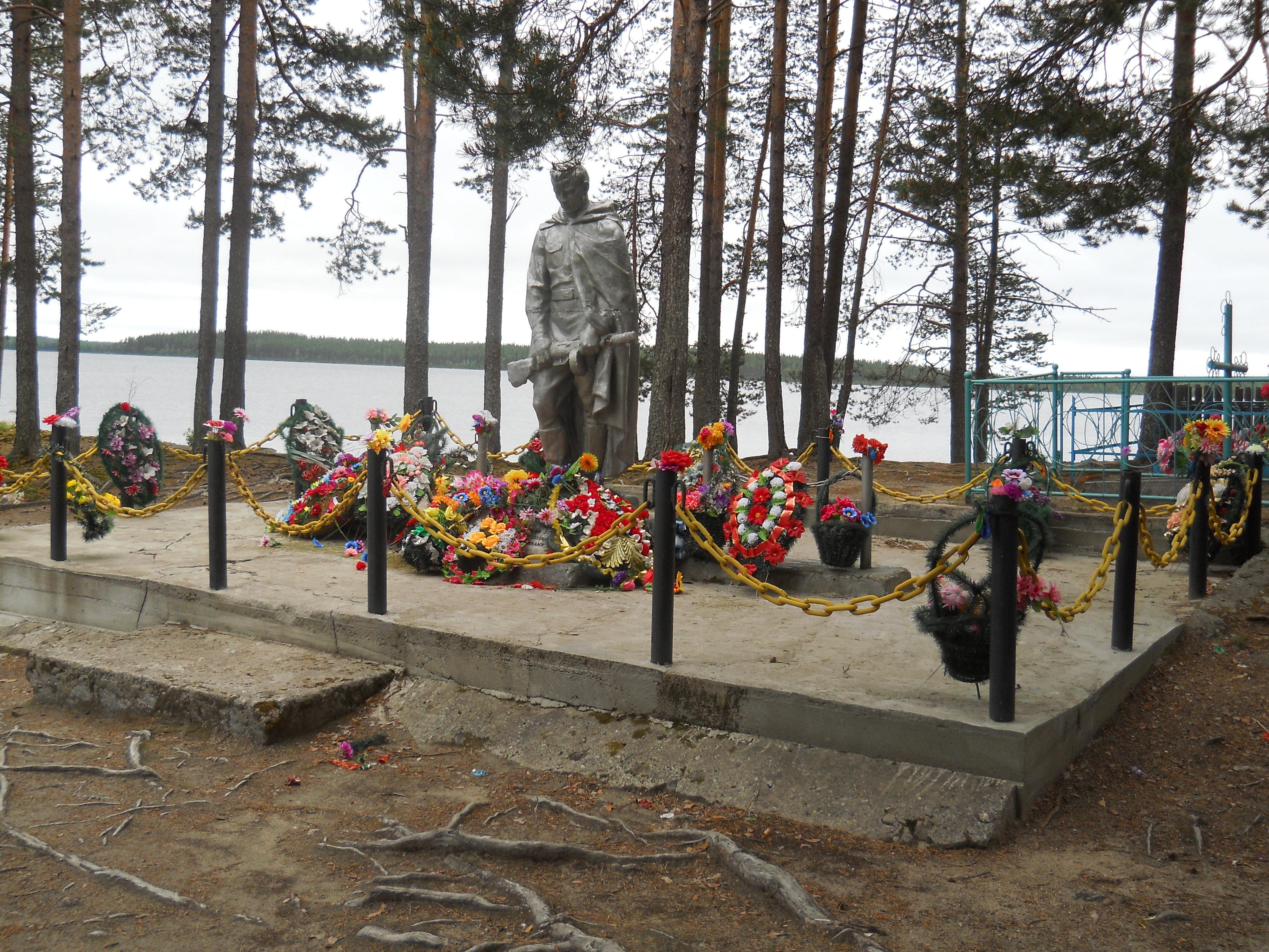 Братская могила, в которой захоронен председатель Лужминского Совета Лука Васильевич Константинов и 11 красноармейцев, расстрелянных белофиннами в 1921 г.